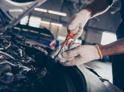 pessoa a mostrar como medir o óleo do motor