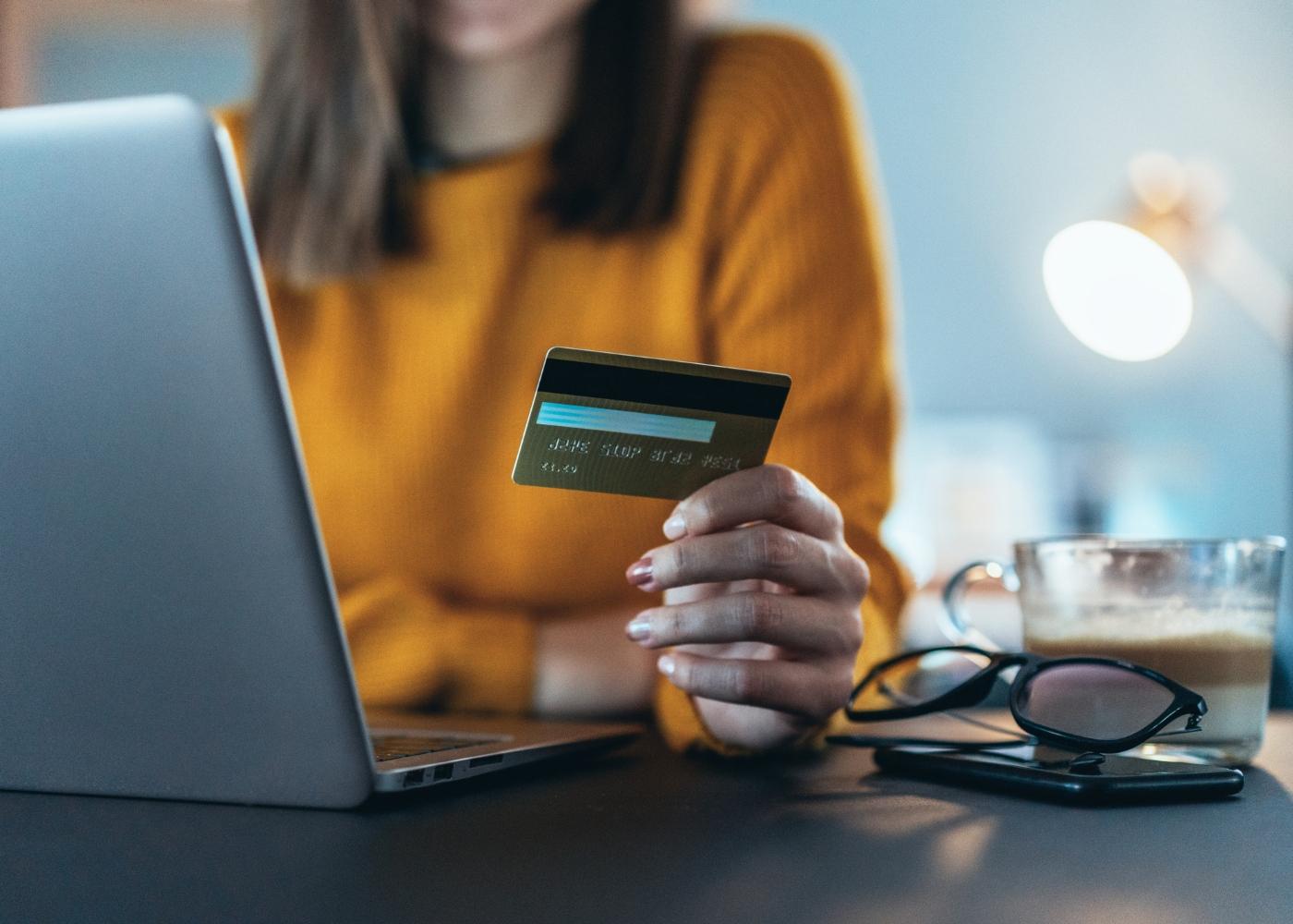 jovem a fazer compras online