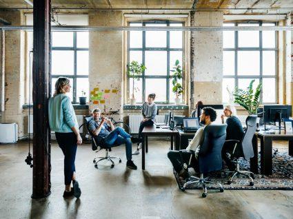 equipa a reunir no escritório sobre o dia do trabalhador