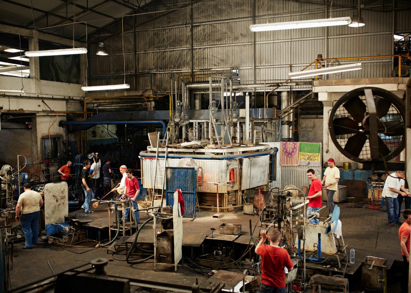 pessoal a trabalhar em fábrica