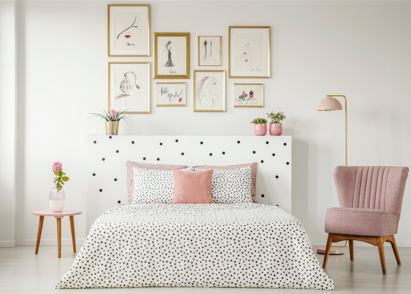 quarto decorado em tons claros com cama que não dá para guardar tralhas