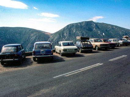alguns dos melhores carros dos anos 70 estacionados