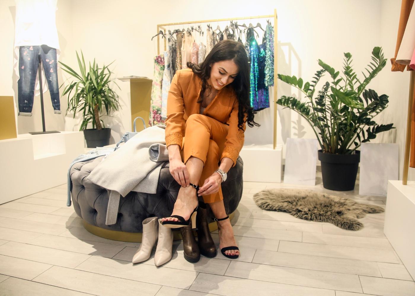 mulher a experimentar sapatos em loja fora do país