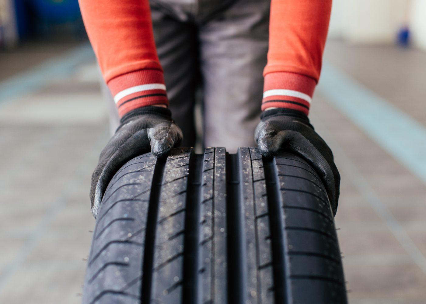 homem a mover pneu