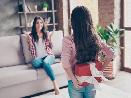 Prendas originais para o Dia da Mãe: filha a dar prenda à mãe