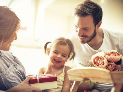 Prendas de última hora para o Dia da Mãe: filha a dar prenda à mãe