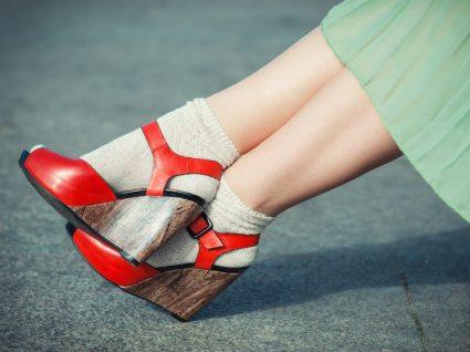 Mulher com sandálias com meias