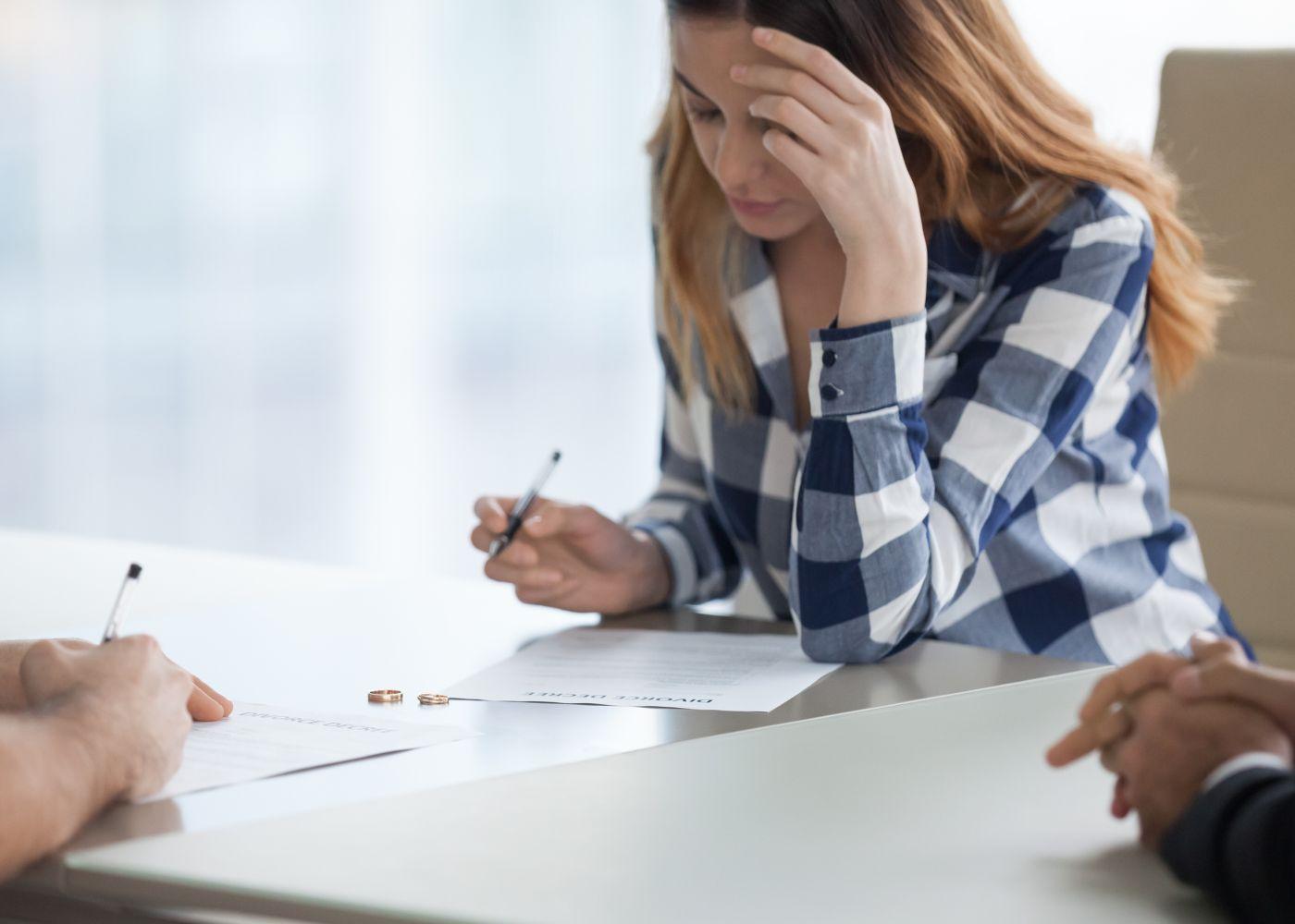 mulher a assinar suspensão do contrato de trabalho