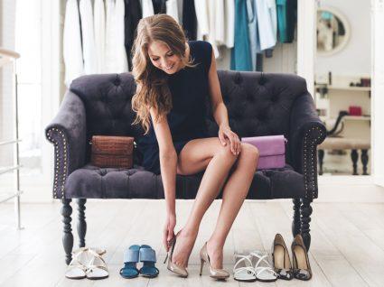 mulher a ver qual é o seu tipo de pé