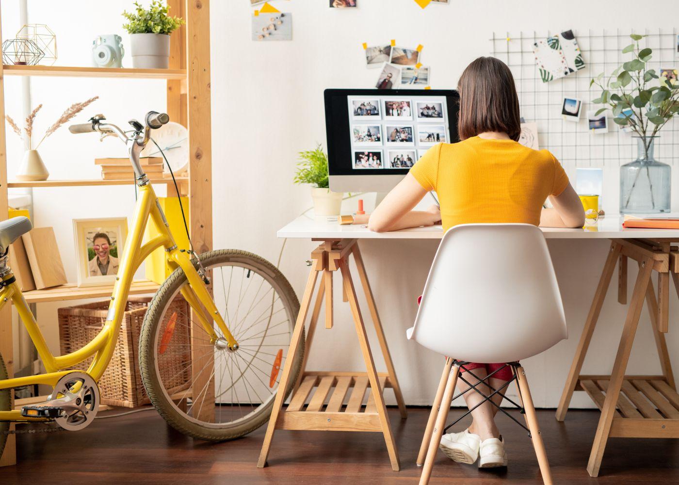 pessoa em trabalho como freelancer em casa