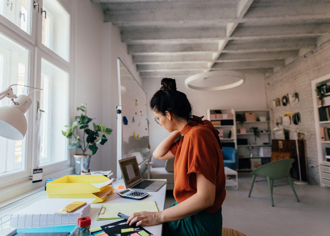 freelancer a trabalhar em escritório em casa