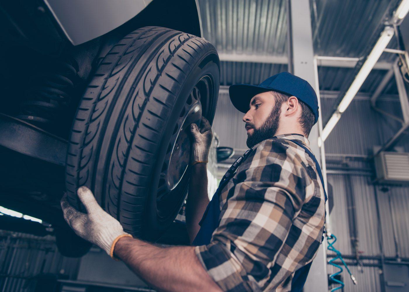 homem a mudar pneu