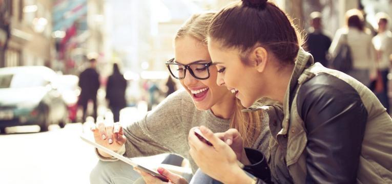 raparigas a usar telemovel