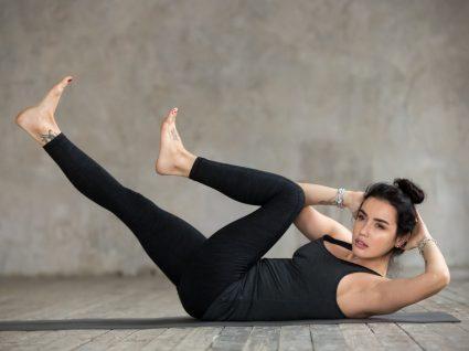 Mulher a fazer exercício para conseguir a barriga lisa