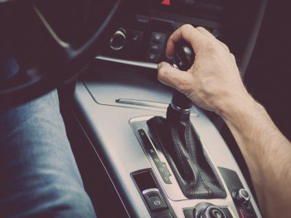 pessoa a mostrar como conduzir um carro automático