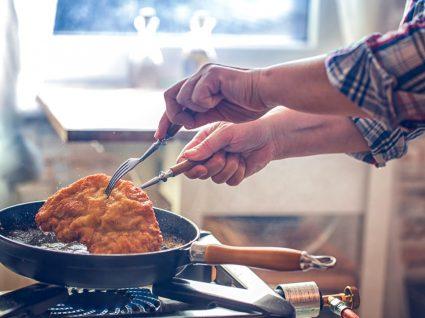 pessoa a fritar um panado