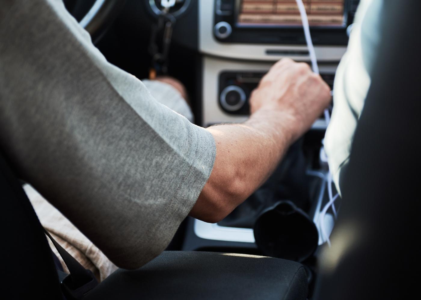 condutor com mão na caixa de velocidades