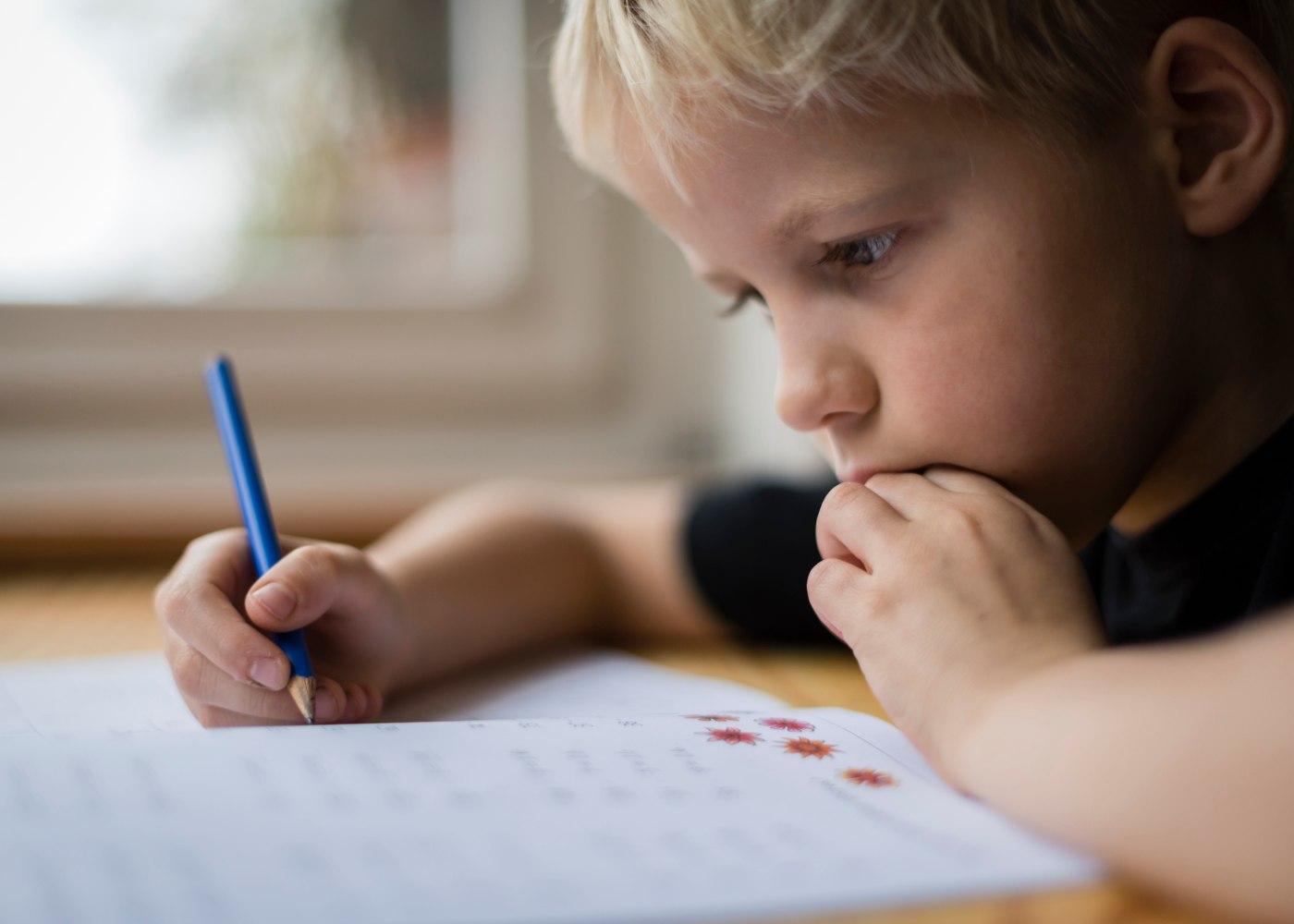 criança a estudar