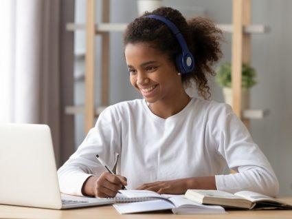 jovem ao computador a estudar segundo as dicas de estudo consultadas