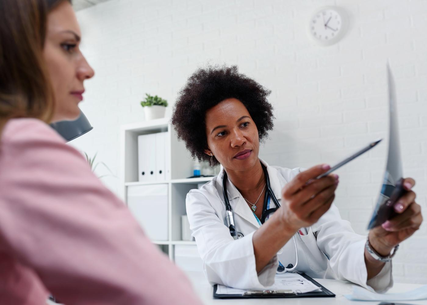 mulher numa consulta médica