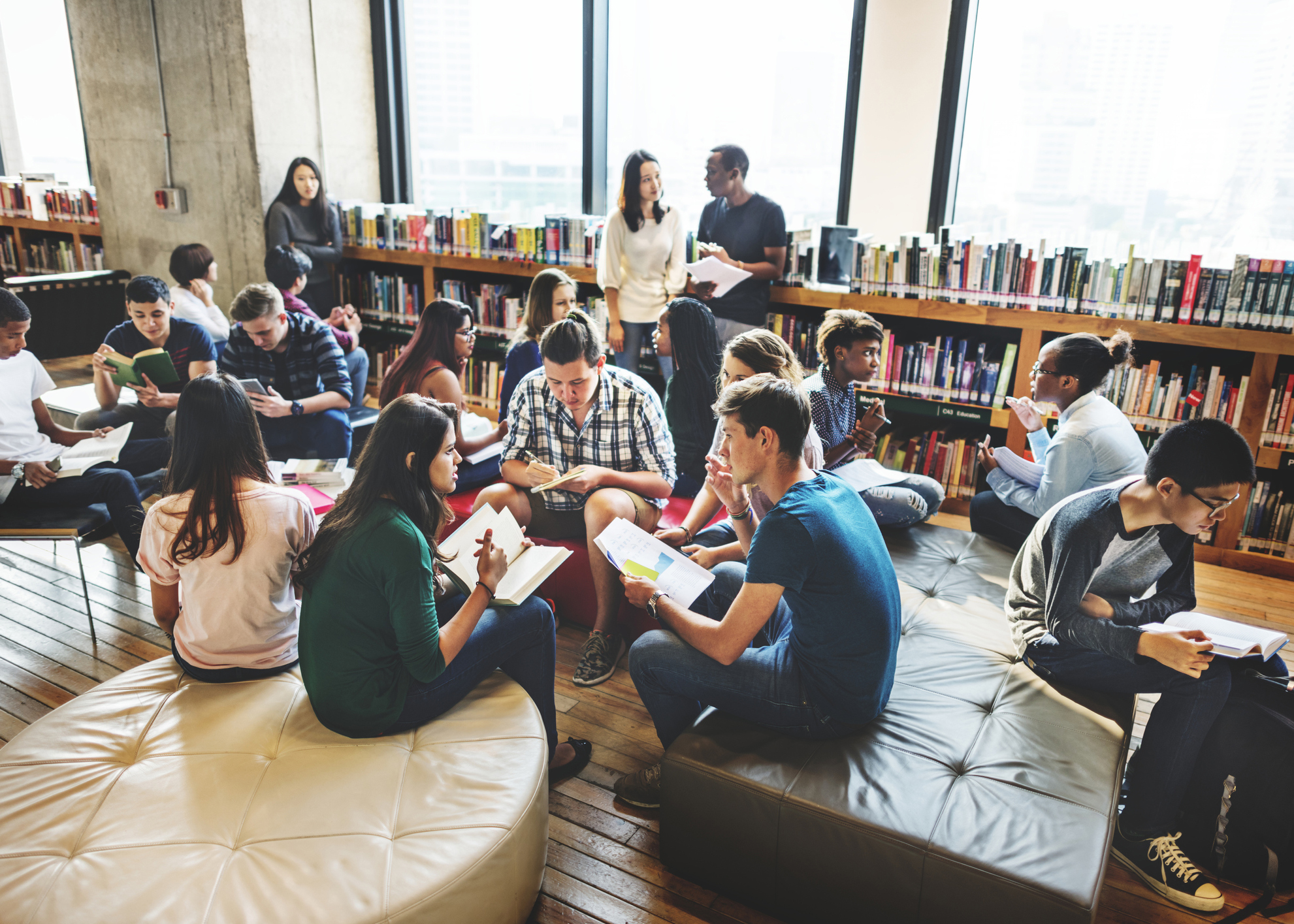 grupo de alunos na biblioteca