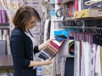mulher a ver tecidos de decoração