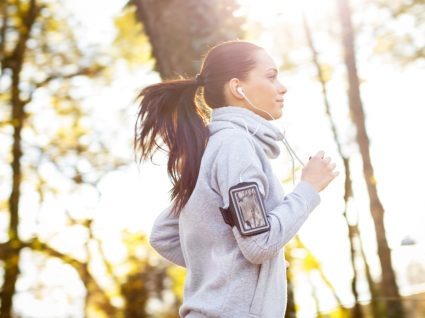 Mulher a ouvir música enquanto corre