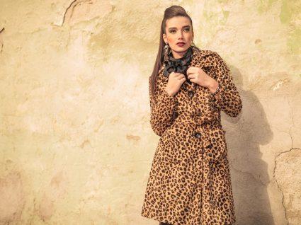 Mulher com casaco em padrão leopardo