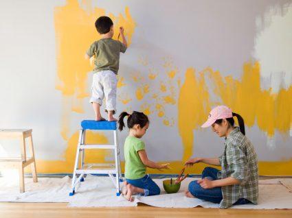 família a pintar a casa