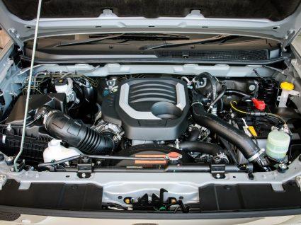 capot do carro aberto para ver radiador