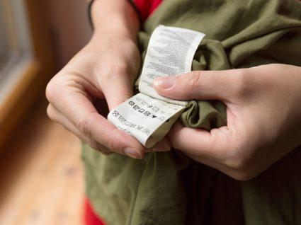 pessoa a verificar etiqueta de uma peça de roupa