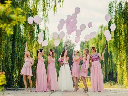 jovens com vestidos para madrinhas de casamento e com a noiva