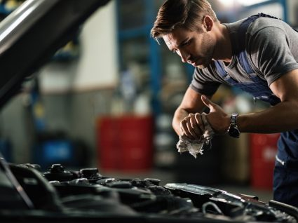 mecânico a analisar motor e outras avarias mais frequentes em carros