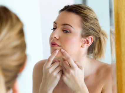 Mulher com borbulhas na cara
