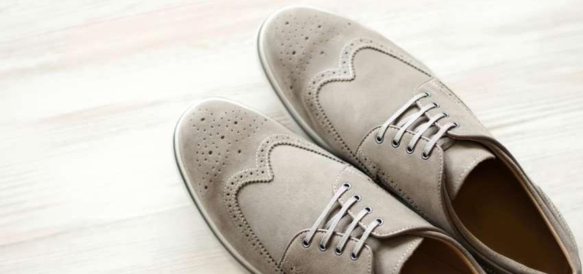 sapatos bege de camurça