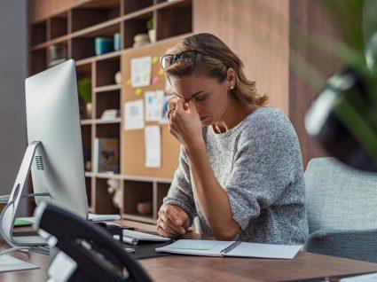 mulher a sofrer de depressão pós-férias de regresso ao trabalho