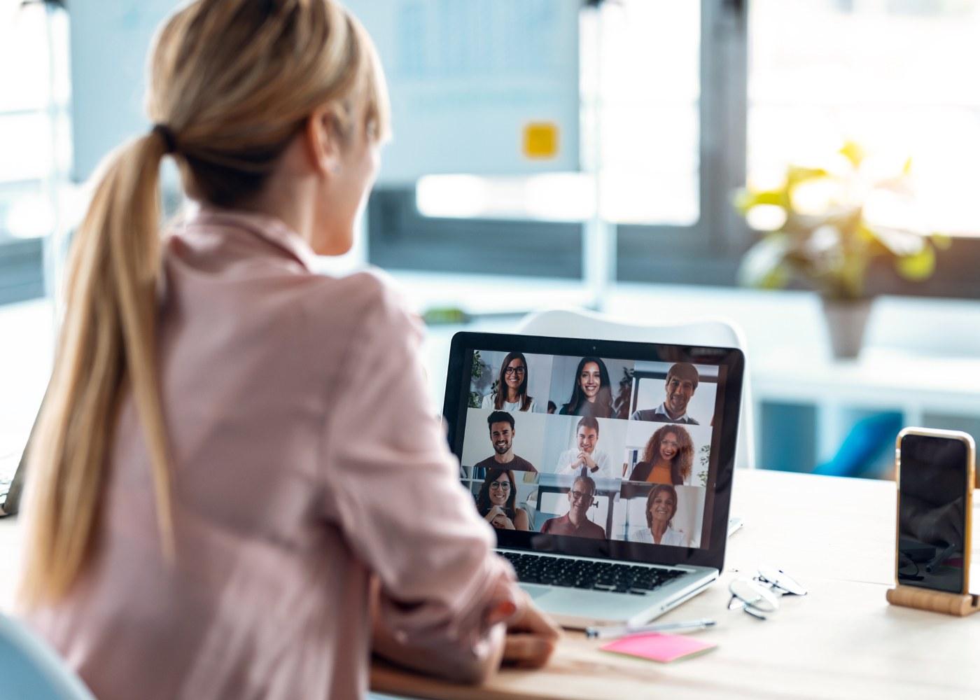 equipa a realizar uma dinâmica de grupo online