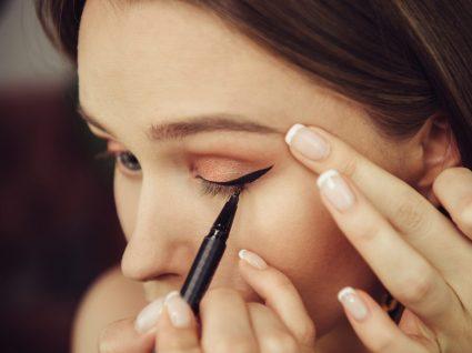 Mulher com eyeliner de supermercado