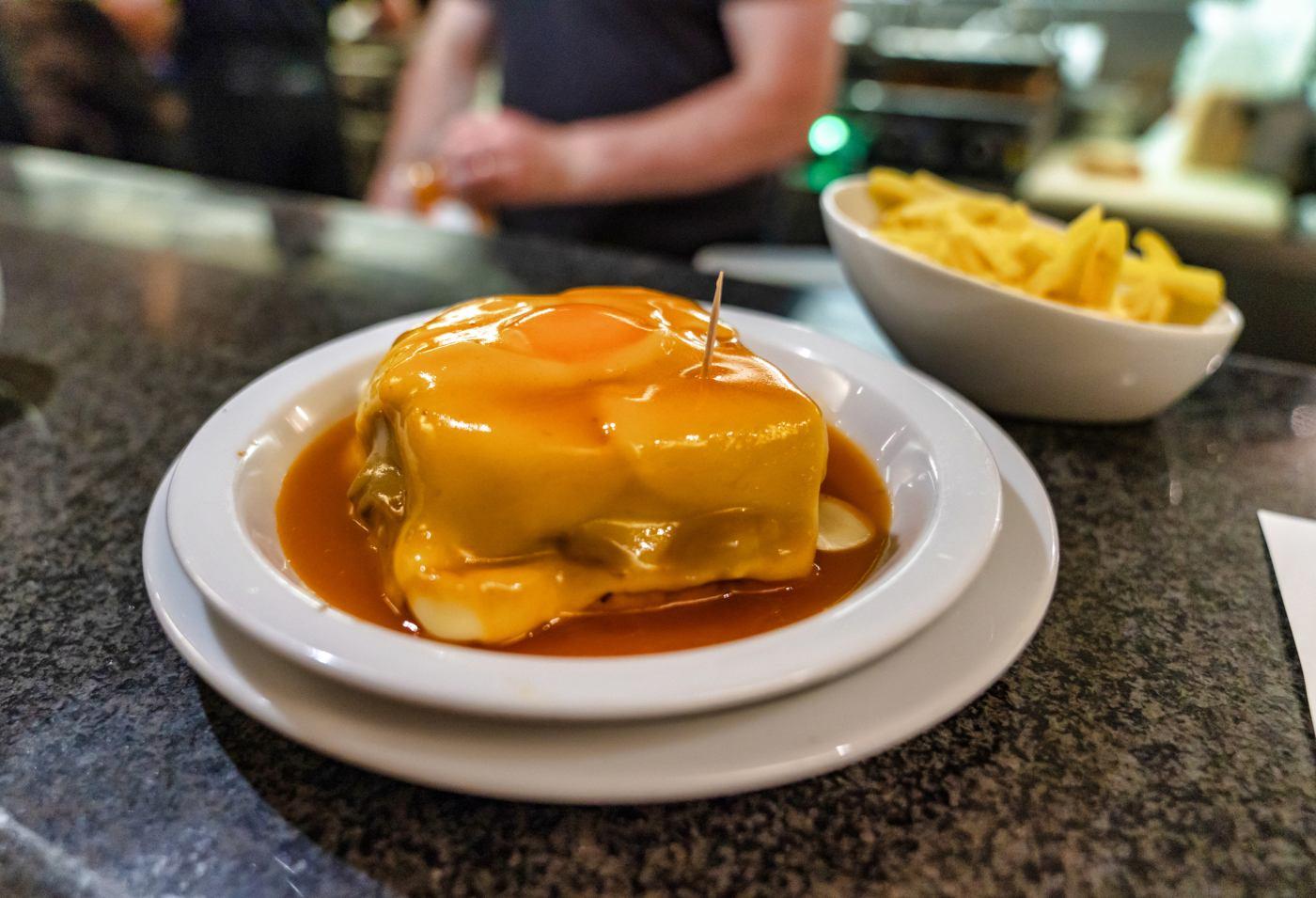 Francesinha com batata no Porto