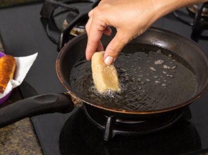 pessoa a fritar croquetes