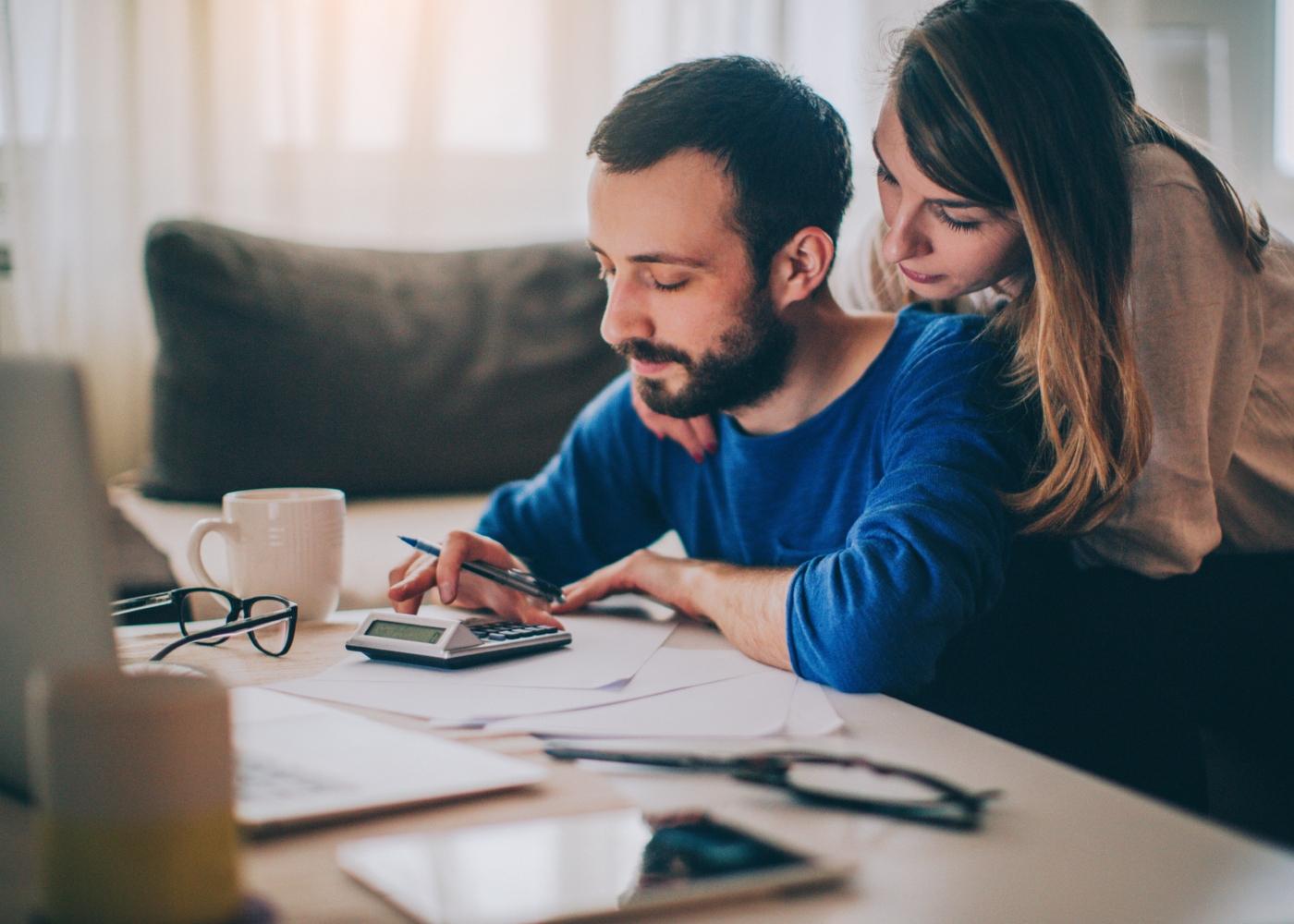 Casal a fazer contas ao orçamento familiar