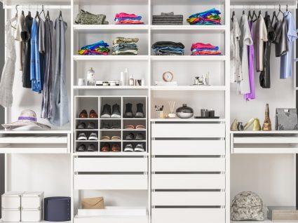 armário com várias divisões de arrumação de roupa, sapatos e acessórios