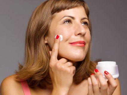 Mulher a aplicar bases para peles oleosas