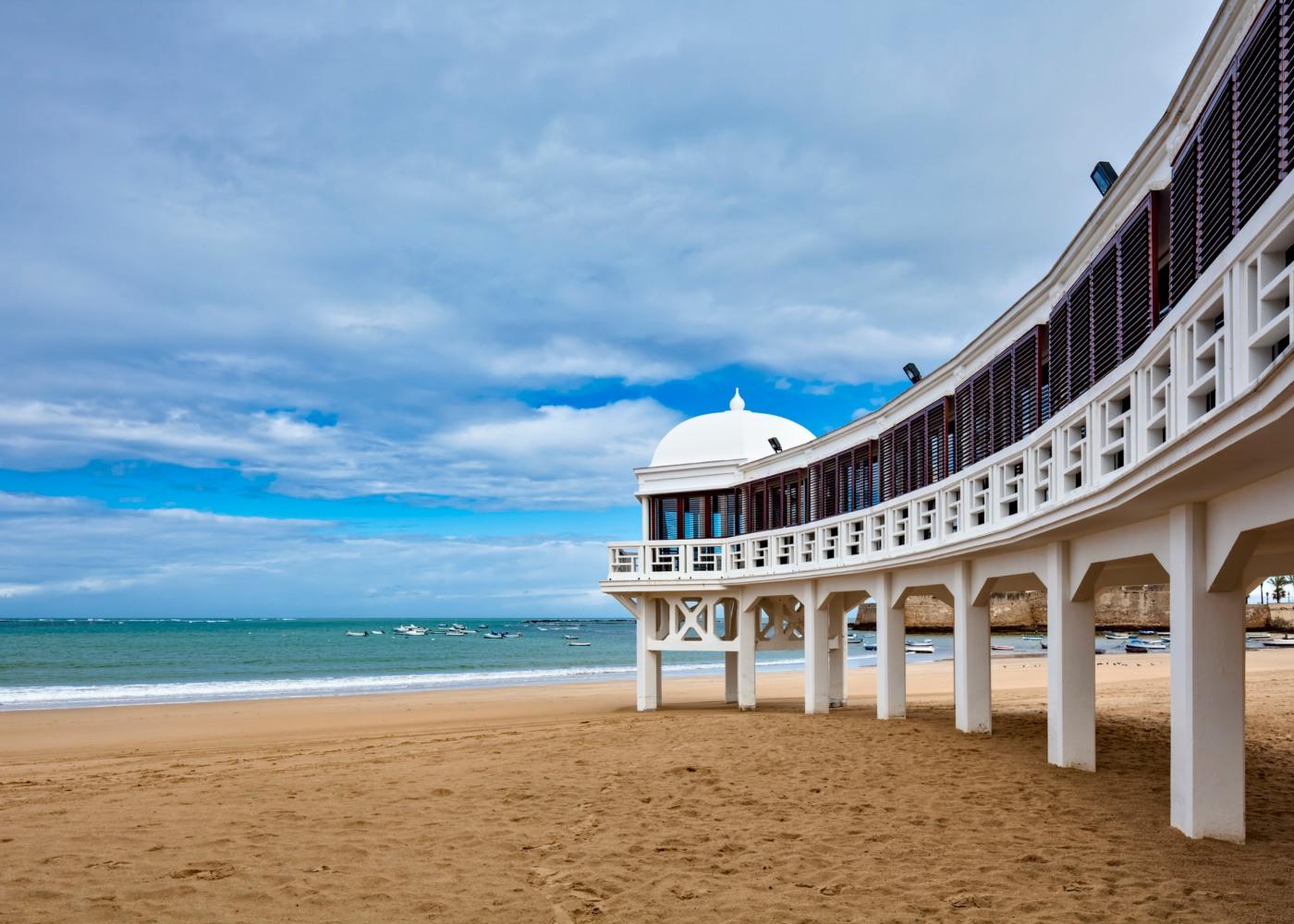 vista sobre arcada e praia