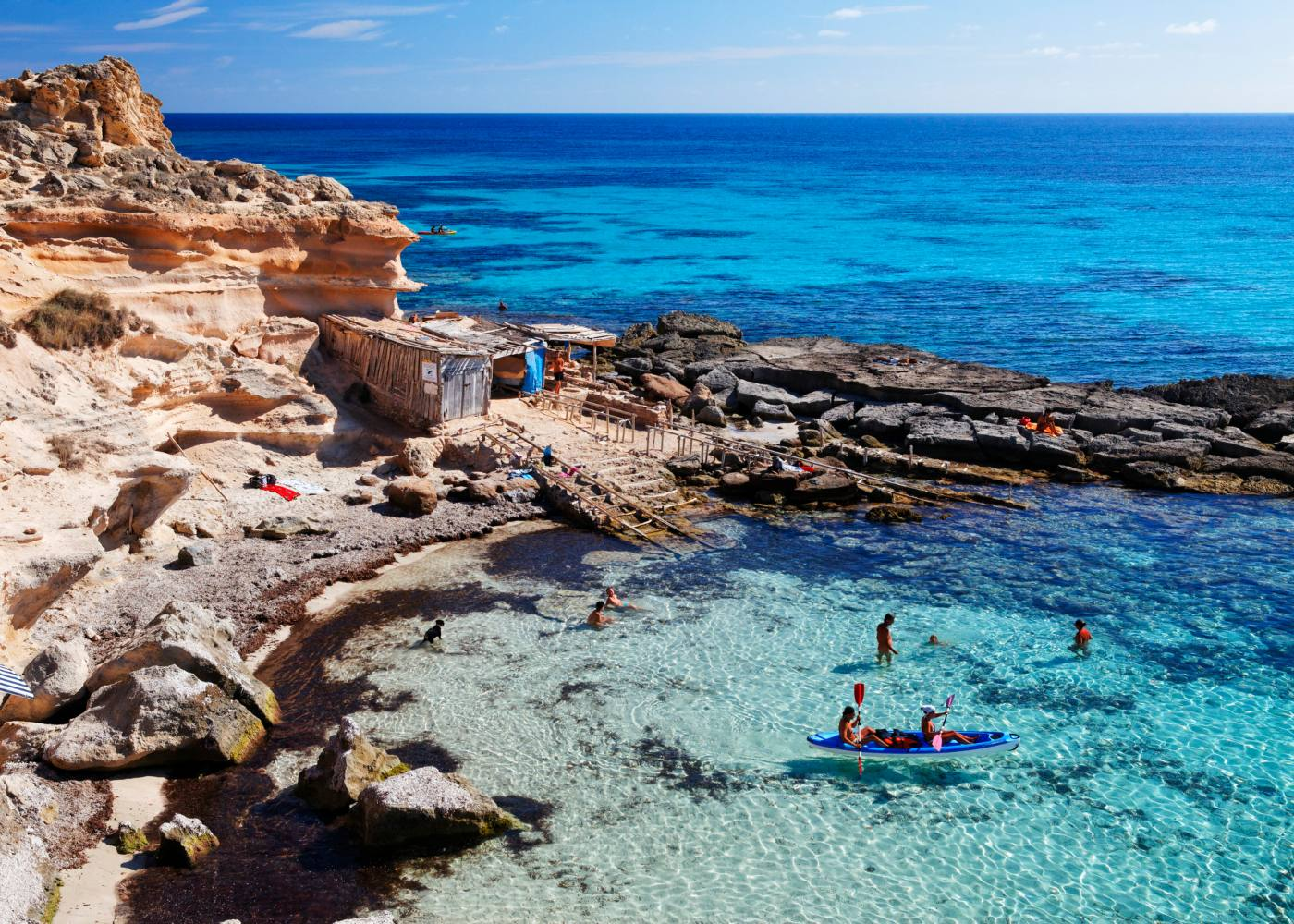 vista sobre praia rochosa com águas cristalinas