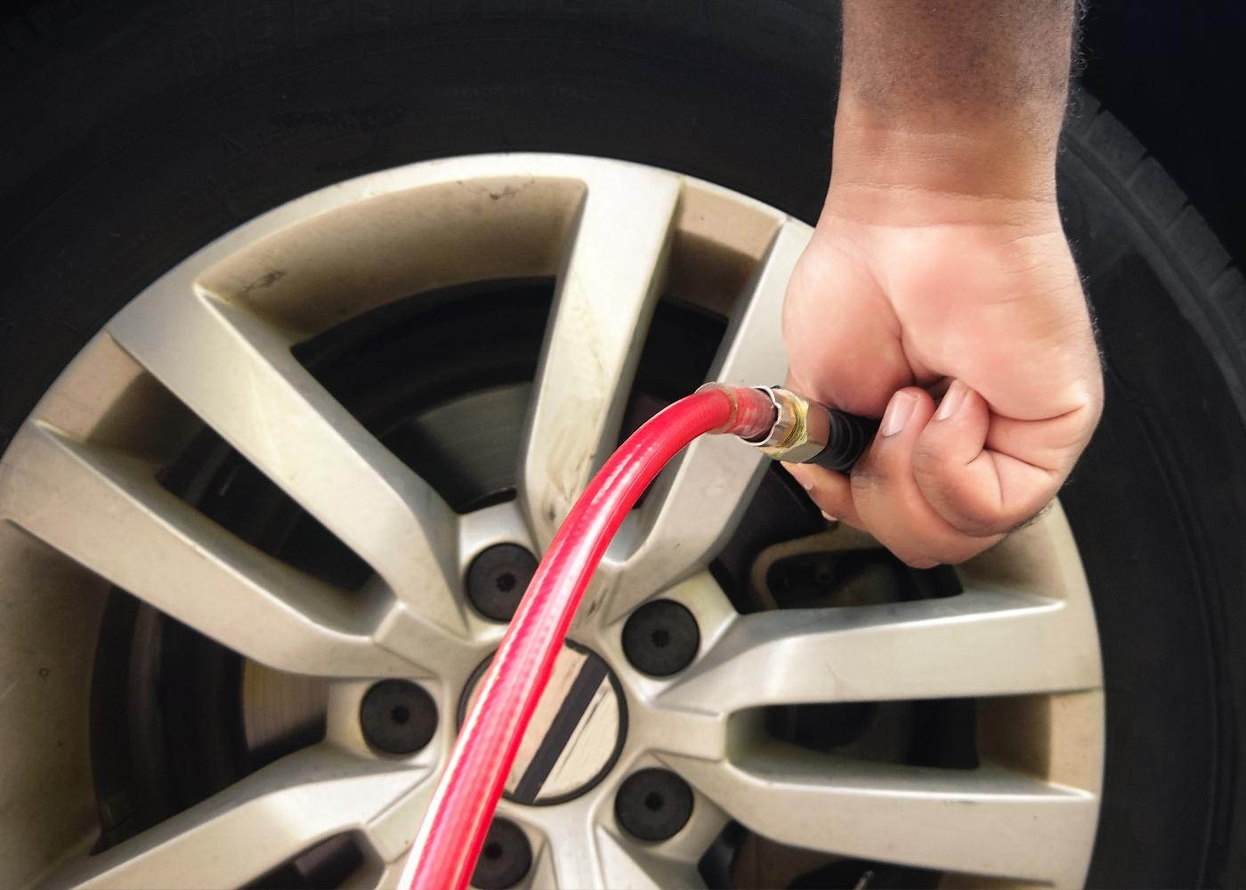 pessoa a encher os pneus