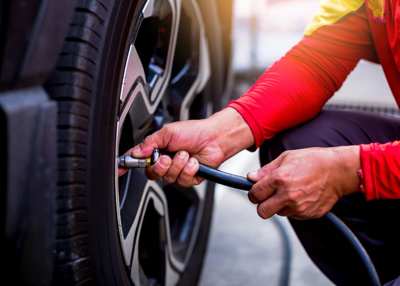 mecânico a verificar a pressão dos pneus