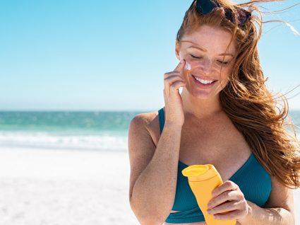Mulher a aplicar creme de proteção solar