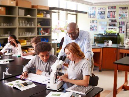 professor a dar aula em laboratório