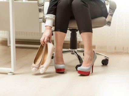 Mulher a mudar sapatos para trabalhar